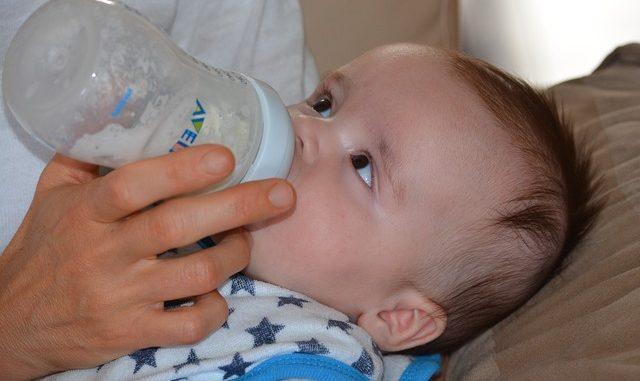 Das Baby an Flasche gewoehnen