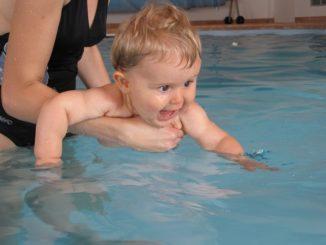 Schwimmen mit dem Baby