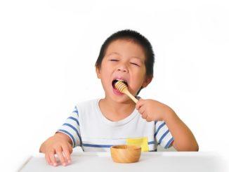 Kinder und Honig – ab wann duerfen Kinder unbeschwert Honig essen?
