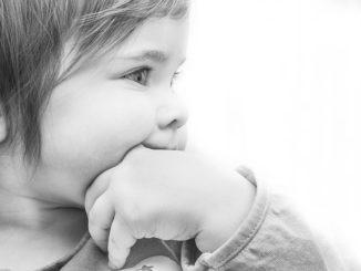 Baby erbricht schwallartig – worauf du achten musst?