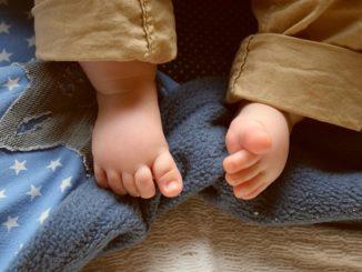 Kind laeuft auf Zehenspitzen – Ursachen, Uebungen und Therapie