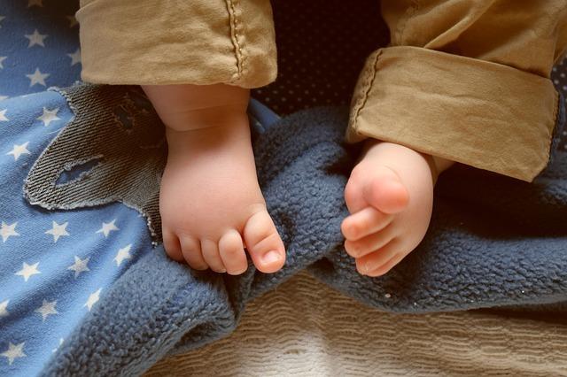 Kleinkind Läuft Auf Zehenspitzen